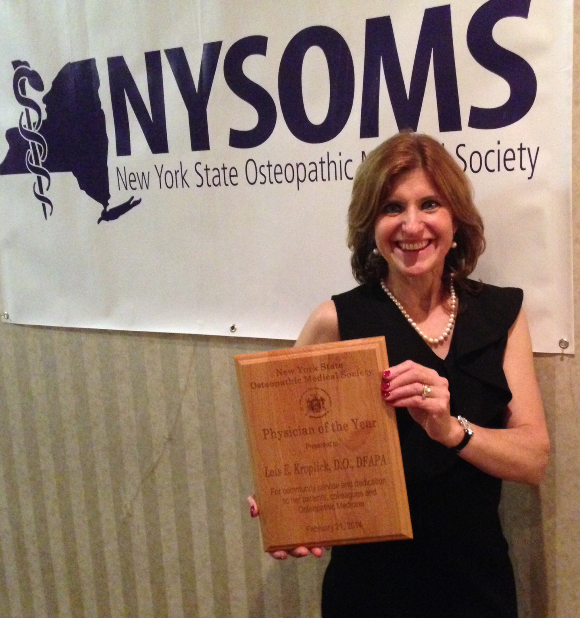 dr kroplick named nysoms physician of the year lois kroplick receiving award
